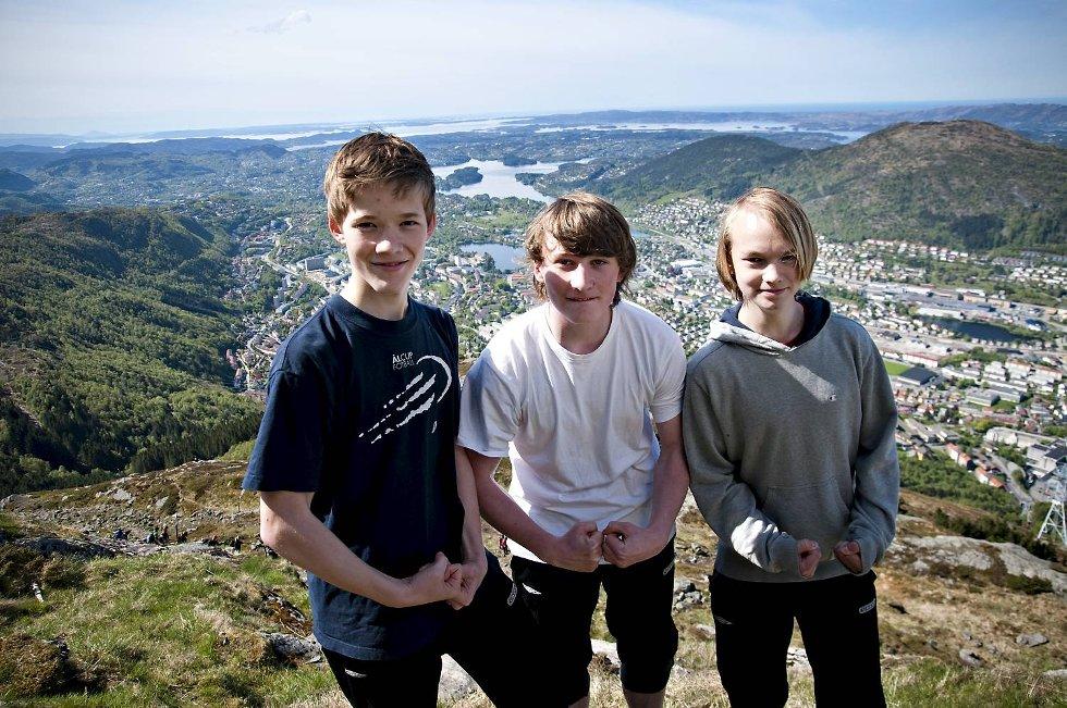 Kameratene Bård Smedsvik (14), Jakob Mildestveit (14) og Jon Ivar Heltne (14) spiller alle på Bjarg. Da fotballtreneren utfordret dem til å gå 7-fjellsturen tok de utfordringen på strake og muskuløse armer. (Foto: SINDRE RAKNES)