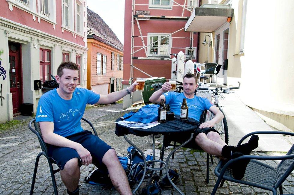 Tim Waage (t.v.) og Frank Strømstad koste seg etter målgang med en velfortjent Clausthaler. (Foto: SINDRE RAKNES)