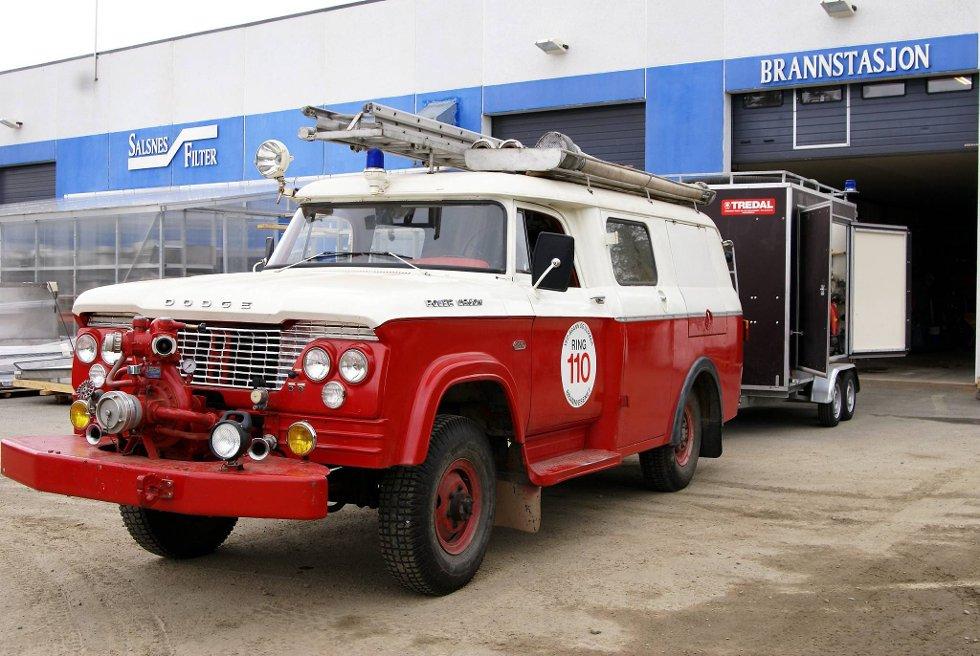FAST MED HENGER: Brannbilen på Salsnes har dårlig med plass. Derfor er den fast utstyrt med tilhenger som rommer mye.