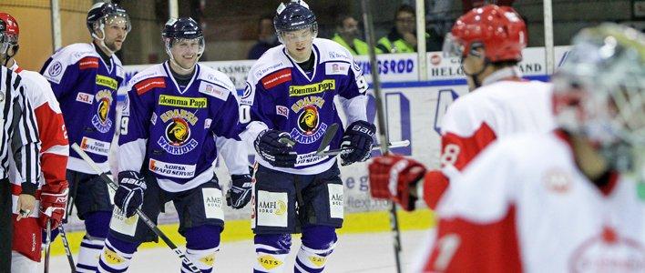 Jonas Djupvik Løvlie (t.h.) etter Spartas tredje og sin andre scoring. Dion Knelsen nærmest og Per Tengvert helt til venstre.