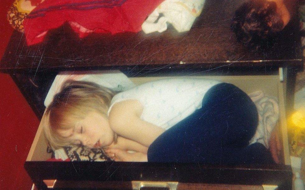 Jeg ville ikke gå og legge meg, så jeg bare gikk og la meg uti gangen i lesteskoffa til ho mamma.