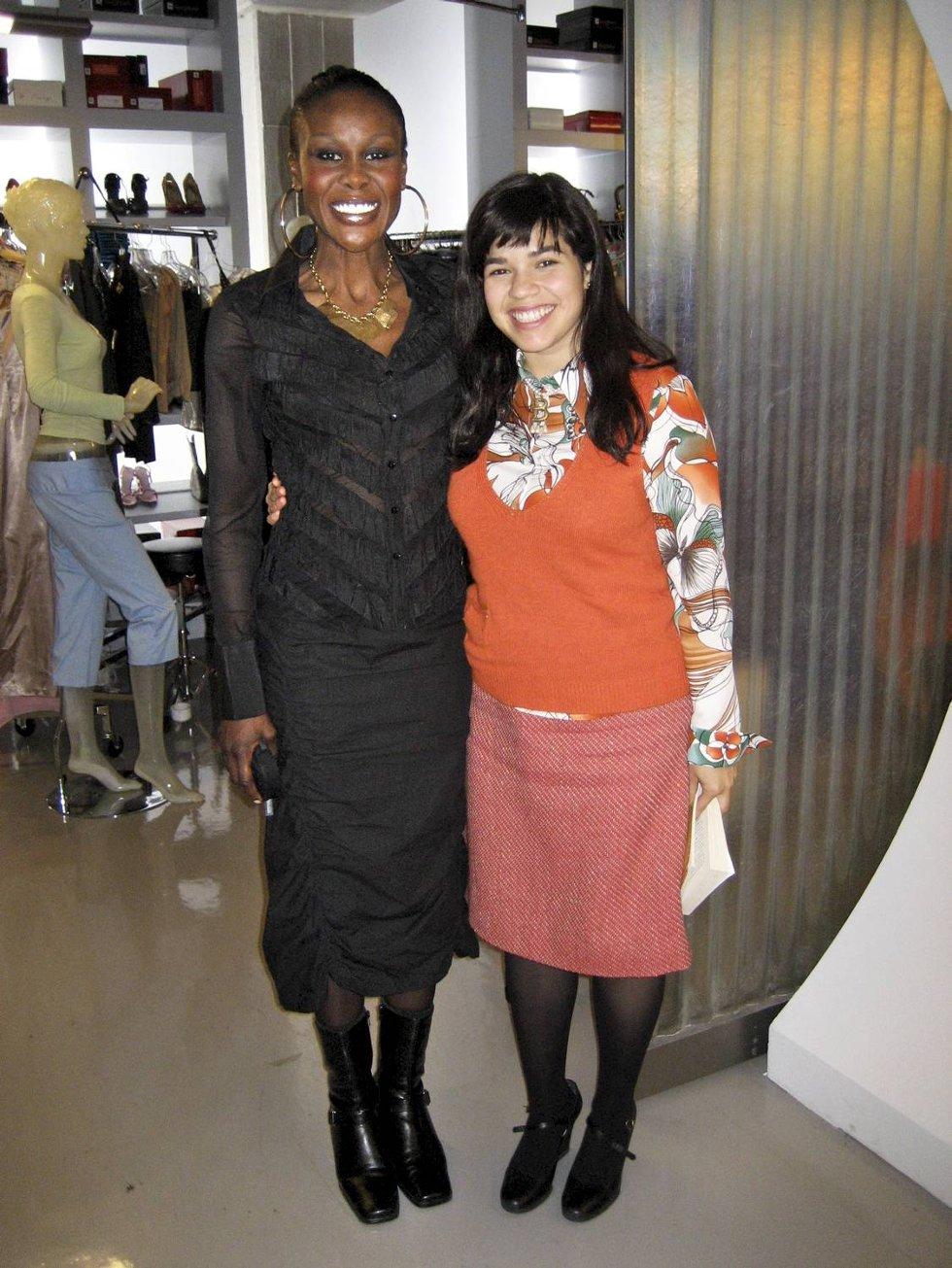 Fumi var med i tv-serien Ugly Betty i to år. Her sammen med hovedrolleinnehaver America Ferrera.  (Foto: PRIVAT)