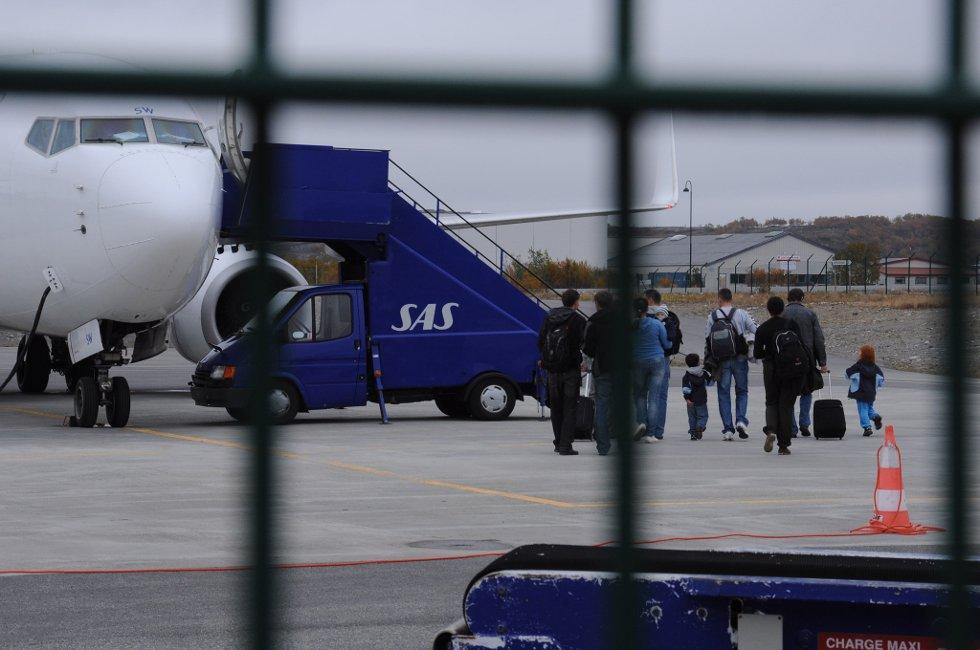 KASTES UT: De kosovoserbiske  asylsøkerne blir satt på et fly i fra Kirkenes lufthavn.