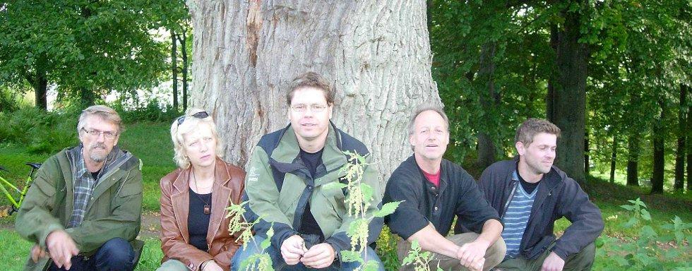 Disse håper mange sier i fra om gamle og store eiketrær rundt i kommunen. Fra venstre: Jan Ingar Båtvik, biolog ved høgskolen, Vibeke Julsrud, fagkonsulent landbruk ved landbrukskontoret, Torbjøn Fosser, fagkonsulent skogbruk samme sted, Jørn Bøhmer Olsen som skal utføre feltarbeidet og miljøvernrådgiver i Halden kommune.  Harald Nøding Østvik. Foto: Kåre Rennestraum