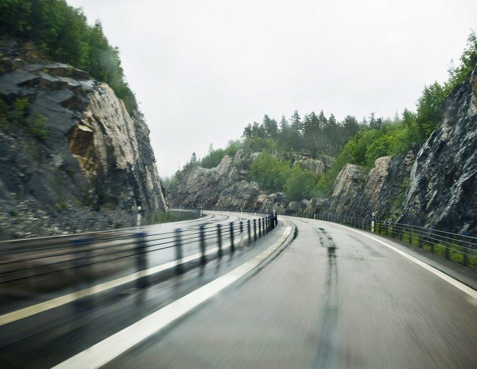 SVERIGE: Brede veier, med midtrekkverk og siderekkverk som hindrer bilistene i å treffe hverandre og fjellveggene i Sverige.FOTO: BENJAMIN A. WARD