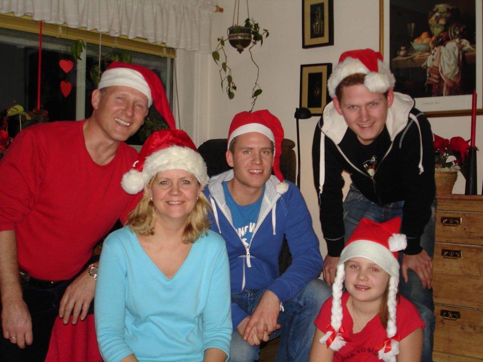 O JUL?MED?DIN?GLEDE: Familien i nisseluser. Her er Robertsen sammen med mamma Randi, pappa Johan, lillebror Håvard og lillesøster Trine Marie.