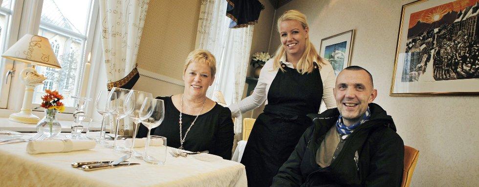 VINNERNE: Emmas Drømmekjøkken satset for alvor på lutefisk i år, og gikk til topps i Nordlys sin lutefisktest. Glade vinnere er fra venstre: innehaver Anne-Britt Andreassen, restaurantsjef Monica Mathisen,  og leverandøren av råvarene Halvor Hansen i Halvors Tradisjonsfisk i Tromsø.
