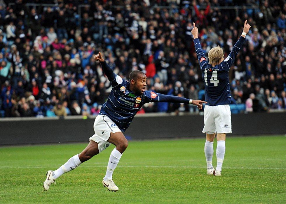 Ola Kamara åpnet scoringene på Ullevaal. 1-0 kom etter halvtimen. Også Fredrik Nordkvelle jubler. (Foto: Vidar Ruud, ANB)