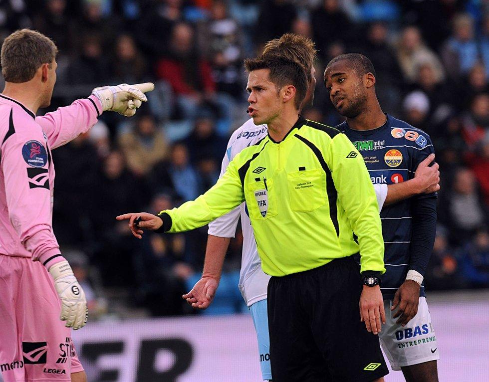 Tom Harald Hagen fra Solør tok seg myndig av kampen, selv om Follo-keeper Glenn Arne Hansen forsøkte å komme med forslag til dømming. (Foto: Vidar Ruud, ANB)