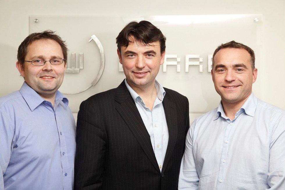 Norleif Stuhaug (t.v.) og Kjell Ove Høydal (t.h.) er tilsette ved Warren Bank sitt kontor i Førde. I midten Jan Inge Søreide