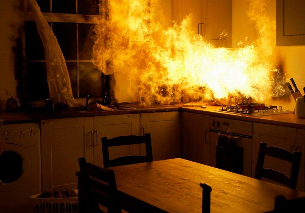 Røyk fra branner kan inneholde flere hundre kjemiske forbindelser, inkludert dødelig cyanid-gass.