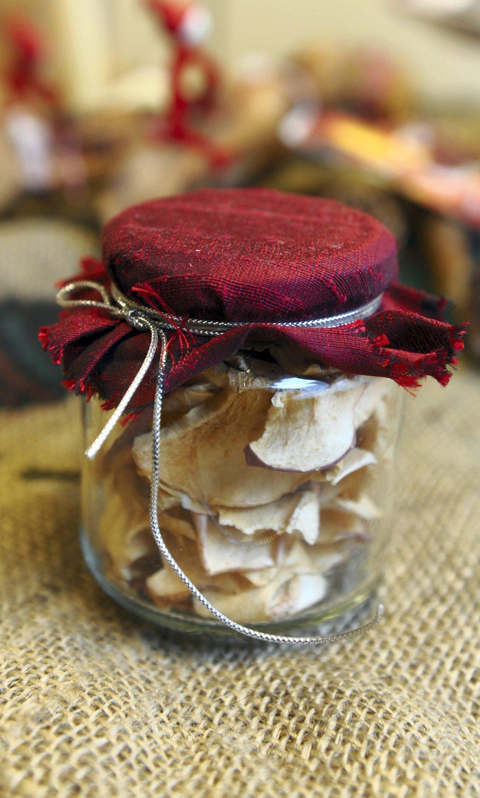 Ting som blir «borte», som for eksempel mat, er flotte gaver. Tørkede epler på glass er både godt og dekorativt.
