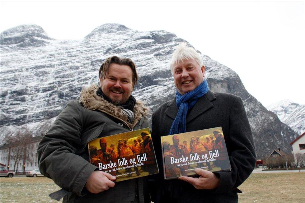Ute med rasbok:  Tommy Fossum (t.v.) og Petter Erik Innvik.
