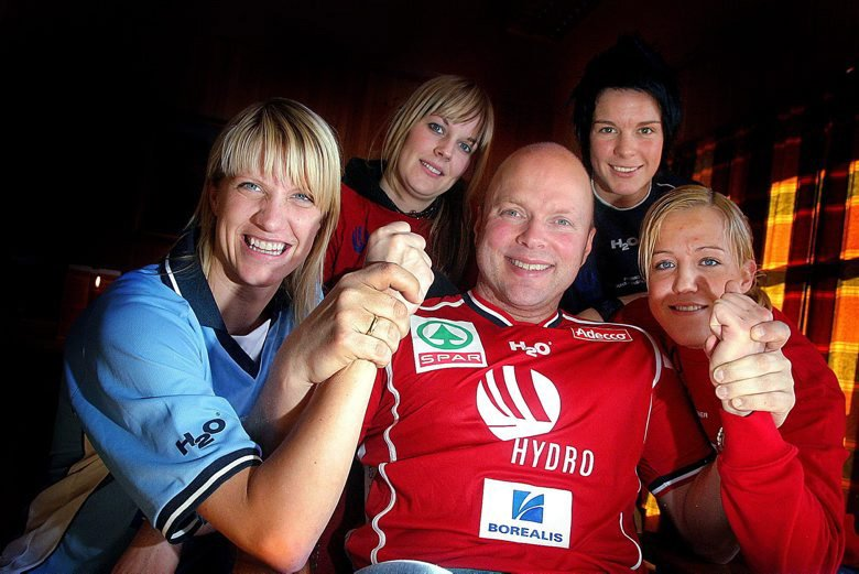 GODE TIDER: Trener Leif Gautestad sammen med Janne Grimholt (t.v.), Sara Eriksson, Anja Edin og Heidi Løke på Gjerpens klubbhus i 2006.