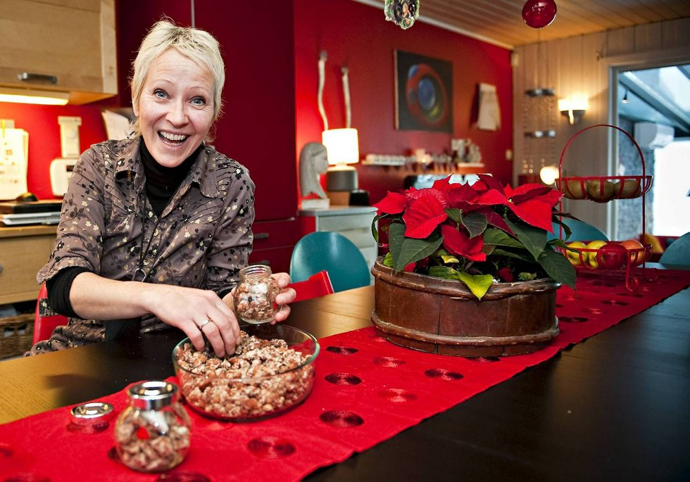 Iris Mårdalen lager brente mandler til jul og gir til venner og bekjente. Bli med inn i hennes fargerike hjem.
