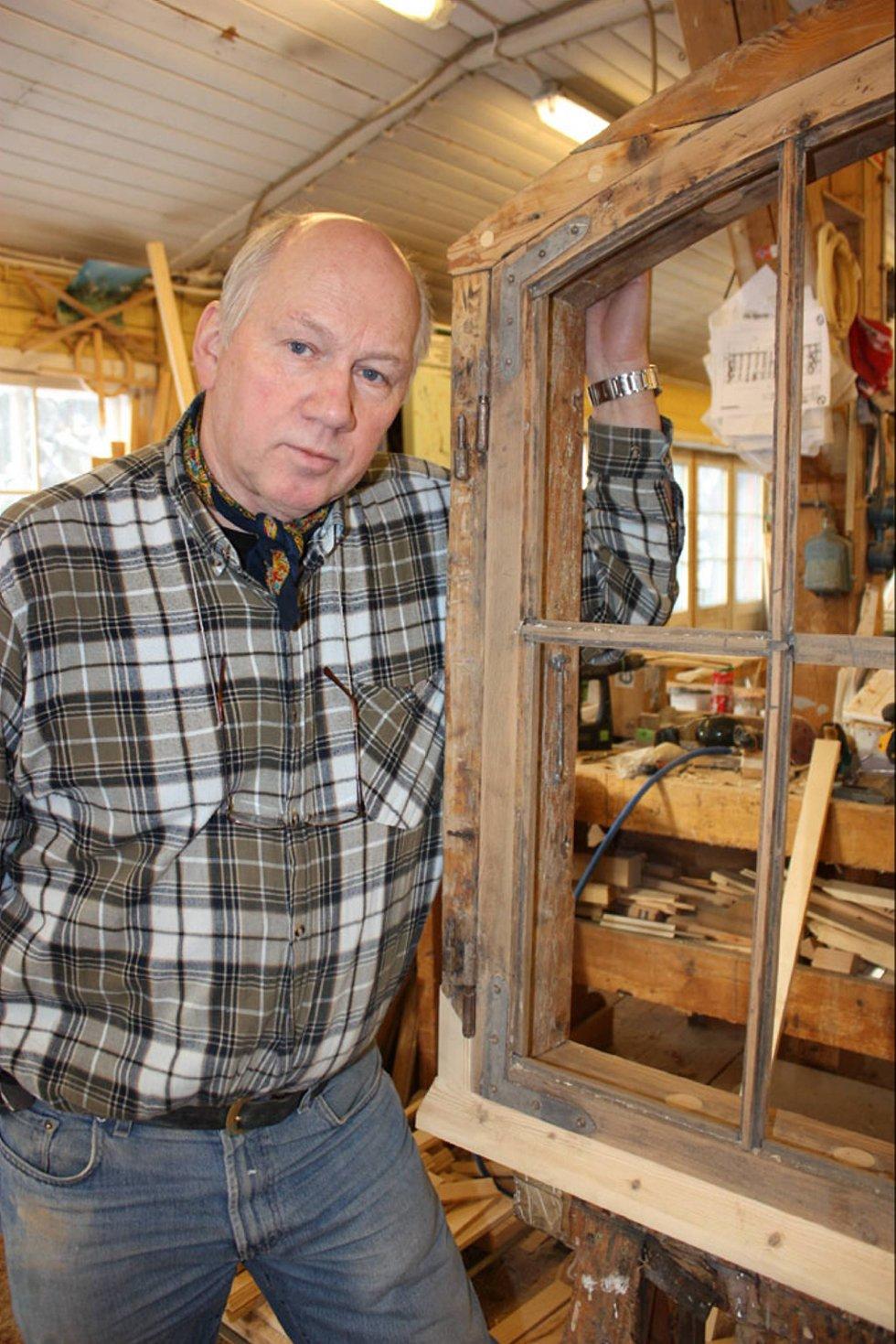 Snekkermester Per Bjerke restaurerer gamle vinduer.