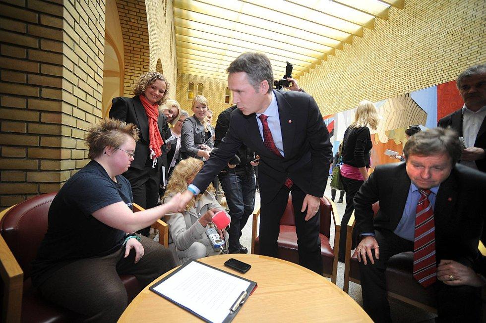 Statsminister Jens Stoltenberg (Ap) måtte onsdag stille opp for å svare på spørsmål fra Marte Wexelsen Goksøyr som har Downs syndrom.