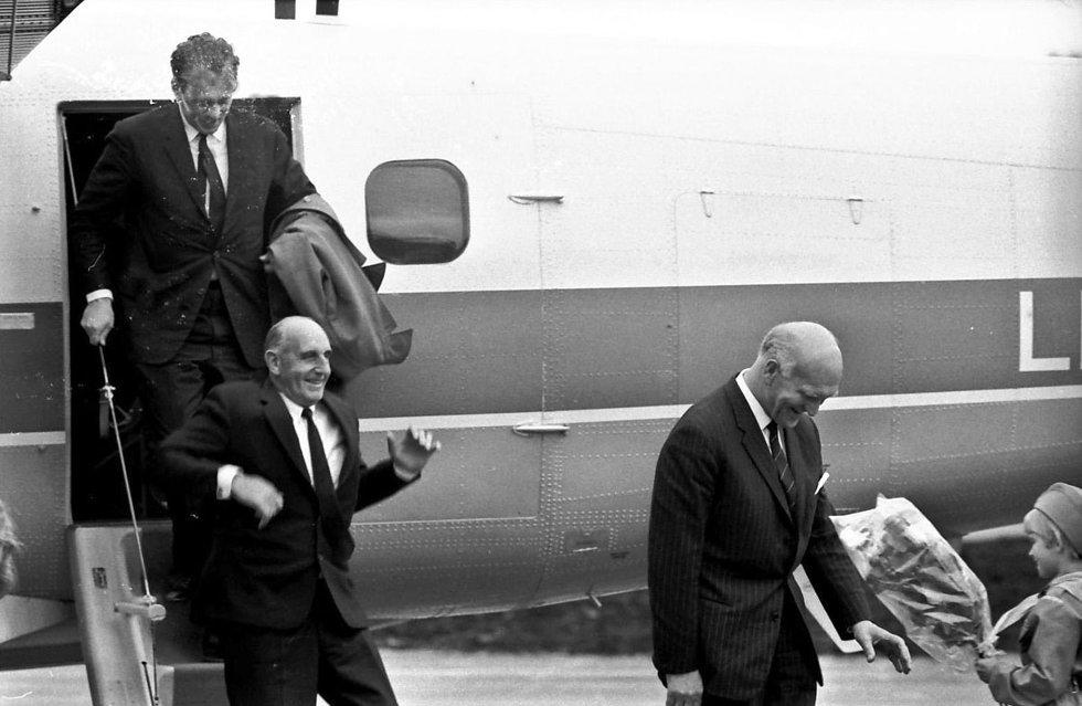 Wiggo Widerøe på vei ned flytrappa julidagen i 1968 da Helgelandsruta ble åpnet. Med på turen var også daværende samferdselsminister Håkon Kyllingmark. Bilde utlånt av Steinbjørn Mentzoni (Foto: )
