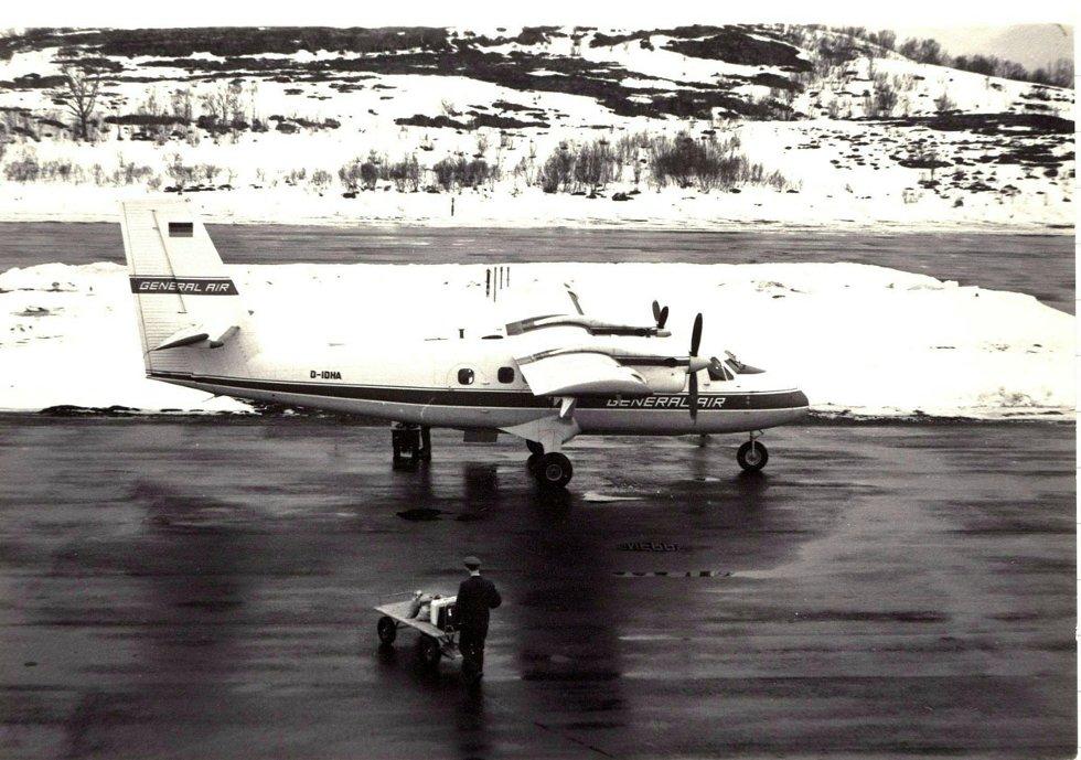 Stokkas tidlige dager. Kåre Andreassen på vei ut med bagasjetralle til et fly som ble innleid fra tyske General Air på grunn av skade på Widerøes eneste i 1968. Bilde utlånt av Steinbjørn Mentzoni (Foto: )