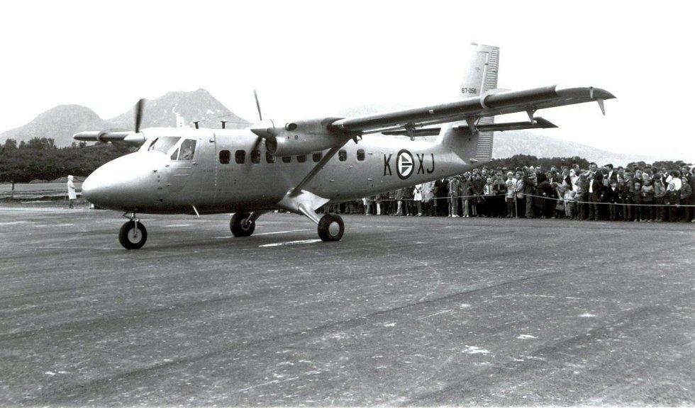 Stokkas åpningsdag, 30. januar 1968. Luftforsvaret brukte også Twin Ottere, her et fly fra 719-skvadronen i Bodø som deltok på åpningsdagen. Bak sperringen noen av de mange fremmøtte på Stokka. Bilde utlånt av Steinbjørn Mentzoni  (Foto: )