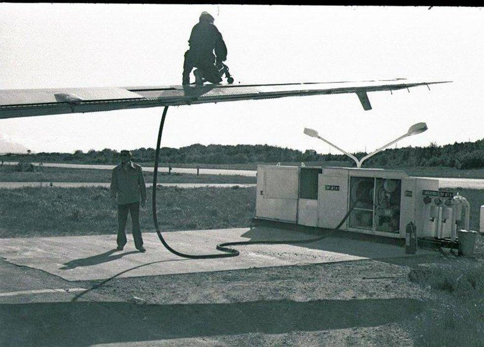 Stokkas tidlige dager. Luftfartsverket hadde jevnlige testflygninger av alle navigasjonsinstrumentene på bakken. Her er det tanking av kalibreringsflyet på Stokka. Arne Steiro med påfyllingsslangen oppå vingen, mens Alf Steiro er klar til innsats på bakken. Bilde utlånt av Steinbjørn Mentzoni (Foto: )