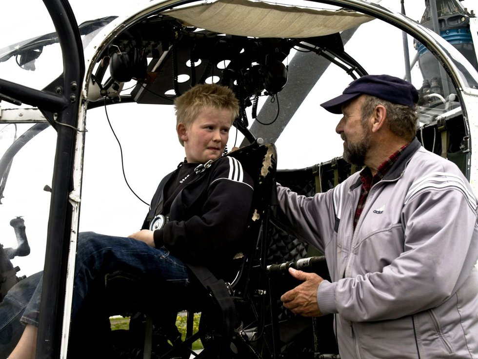 Stokkas 40-årsjubileum. Førstepremievinner Kristian Øhlen (f.v.) sammen med helikopterkusk Karl G. Backlund. 40-årsmarkeringen ble gjort 31. mai 2008 - en måned før 40årsjubileet, som var 30. juni 2008. Foto: Simon Aldra (Foto: )