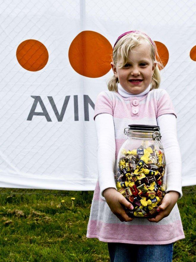 Stokkas 40-årsjubileum. Emilie Stokka (5) vant andrepremien i den store gjettekonkurransen - et glass med sukkertøy! Og premien, den skal deles. Ingen nedtur med en slik premie! 40-årsmarkeringen ble gjort 31. mai 2008 - en måned før 40årsjubileet, som var 30. juni 2008. Foto: Simon Aldra (Foto: )