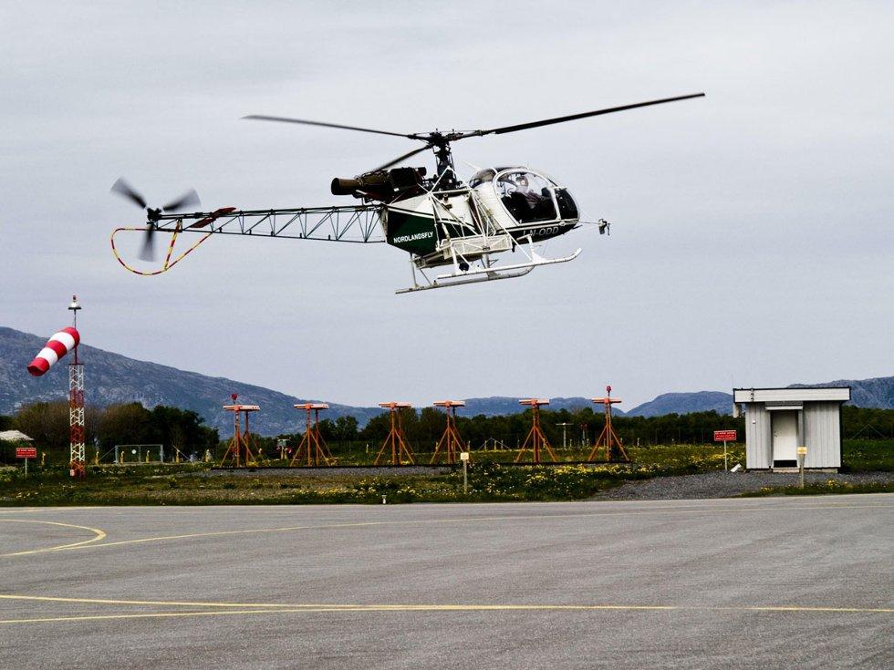 Stokkas 40-årsjubileum. Helikopteret fra Nordlandsfly går inn for landing, trygt kusket av pilot Karl G. Backlund. Helikopteret fra Nordlandsfly går inn for landing, trygt kusket av pilot Karl G. Backlund. (Foto: )