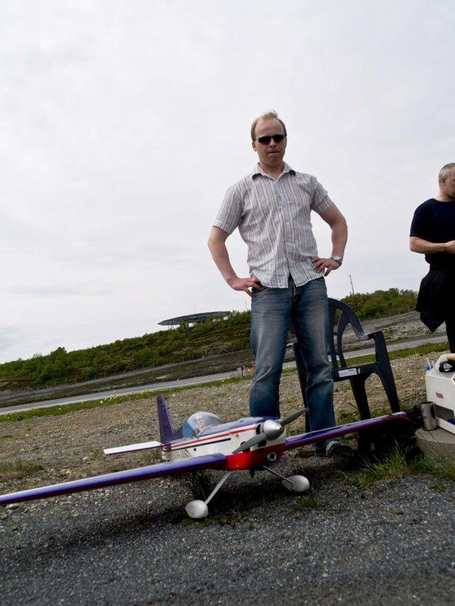 Stokkas 40-årsjubileum. Steffen Sund har drevet med modellfly i ett år. Jeg er selvlært, så det ble jo en del reperasjoner på flyet i begynnelsen, smiler han. 40-årsmarkeringen ble gjort 31. mai 2008 - en måned før 40årsjubileet, som var 30. juni 2008. Foto: Simon Aldra (Foto: )