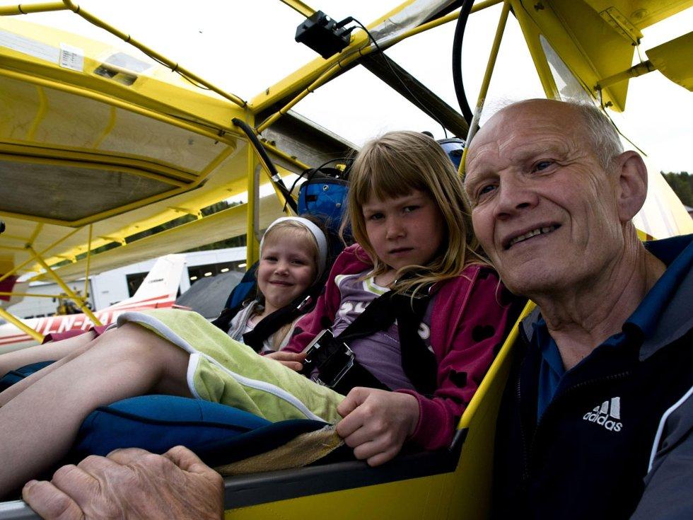 Stokkas 40-årsjubileum. Roy Rønning med to kjempestolte barnebarn, Maja (f.v.) og Eirin Hakvåg Andersen. Bestefar har nemlig bygd flyet selv! Roy Rønning med to kjempestolte barnebarn, Maja (f.v.) og Eirin Hakvåg Andersen. Bestefar har nemlig bygd flyet selv! 40-årsmarkeringen ble gjort 31. mai 2008 - en måned før 40årsjubileet, som var 30. juni 2008. Foto: Simon Aldra (Foto: )