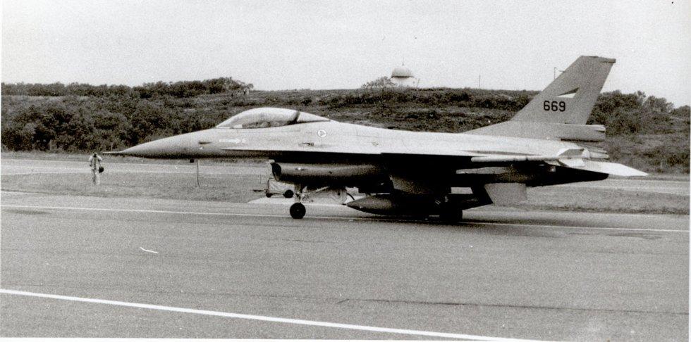 F 16 på Stokka. Bilde utlånt av Steinbjørn Mentzoni (Foto: Steinbjørn Mentzoni)