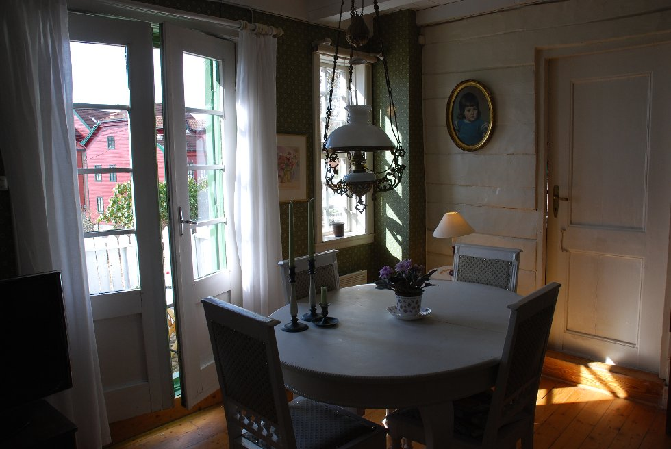 Det var min mann, Gunnar Korneliussen, sin bestefar som kjøpe huset i sin tid, forteller Kari Korneliussen. Huset var delt i to og en leilighet ble leid ut.                 Min mann flyttet herfra da han var ni år og tante Tora overtok . (Foto: METTE BAKKE)