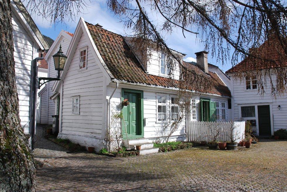 Postkorthuset: Det lille, vakre huset nederst i Rosesmauet er kjent motiv på mange postkort fra Bergen. (Foto: METTE BAKKE)