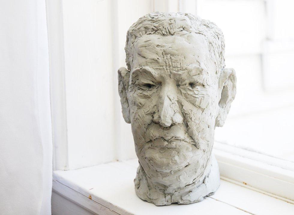 Kari Korneliussen laget denne flotte skulpturen av Per Astrup, sønn av Nikolai Astrup, da hun gikk på kurs i Jølster. (Foto: METTE BAKKE)