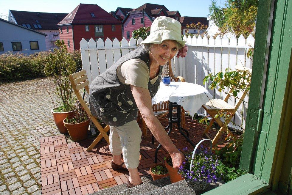 Idyll: Kari Korneliussen har laget seg en herlig liten uteplass. (Foto: METTE BAKKE)