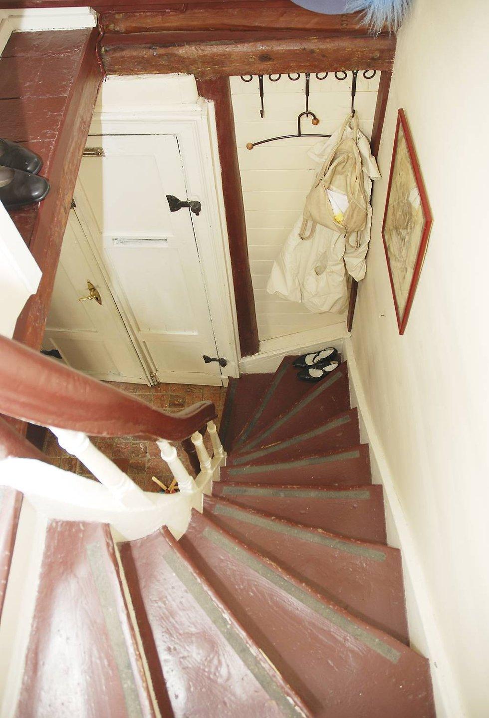 Den smale trappen er blitt brukt av familier i 270 år. - En familie på syv bodde her på 50 kvadratmeter, sier Kari. (Foto: METTE BAKKE)