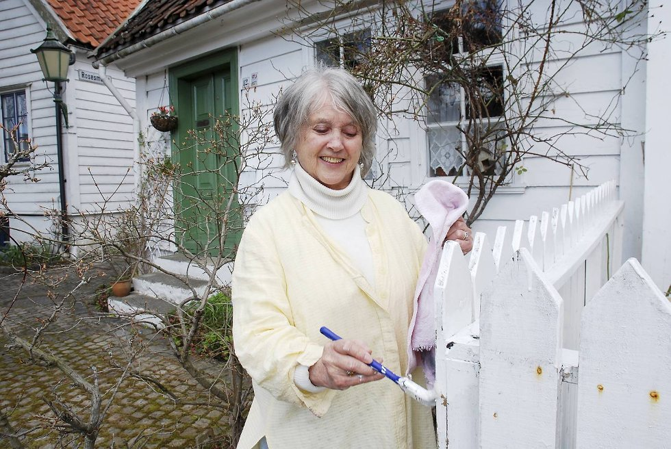 Kari Korneliussen bor i et verneverdig hus, og må være forsiktig med å endre på fasaden.     Men noen strøk maling er både lov og nødvendig for å holde det nærmere 300 år gamle huset i god stand.  (Foto: METTE BAKKE)