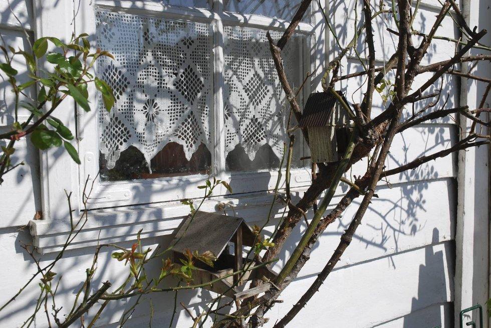 Utenfor huset henger to fuglehus kjøpt i Barcelona og Danmark. (Foto: METTE BAKKE)