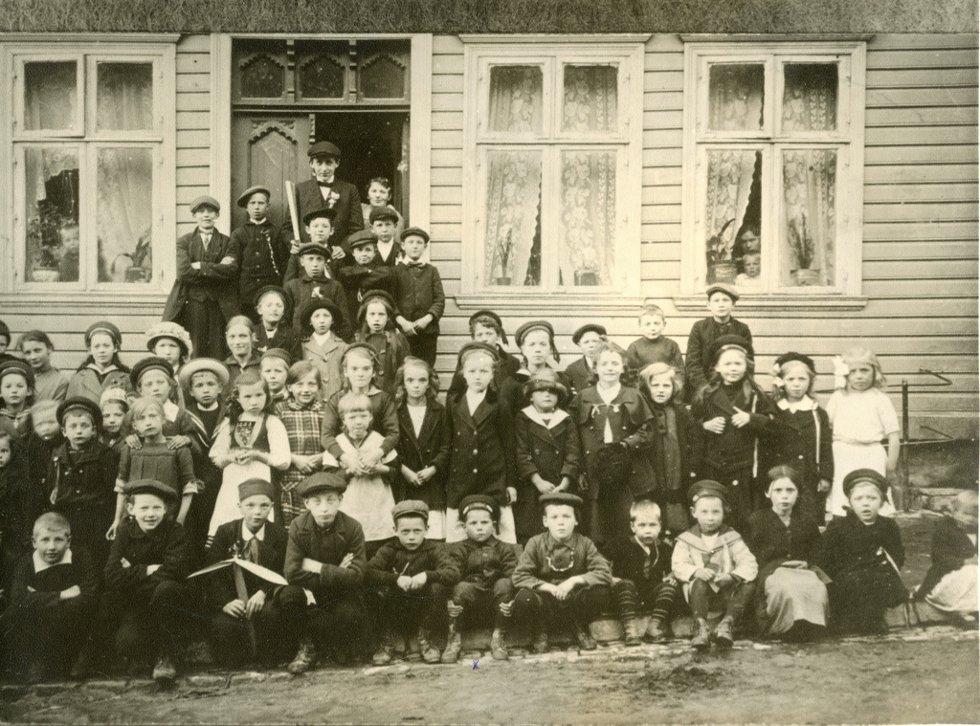 Dette bilde er tatt 17 mai 1915 utenfor Edvardsensgate nr 21              Lagt ut på fotomuseum.bergen360.no av Roy Løvaas (Foto: )