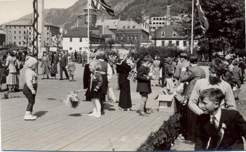 En 17 mai tidlig på 1950 tallet              Lagt ut på fotomuseum.bergen360.no av Roy Løvaas              (Foto: Håkon Øvrebøe)