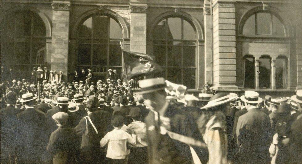 17 mai 1919. Morgenprosesjonen passerer Vågsalmenning nr 1                          Lagt ut på fotomuseum.bergen360.no av Roy Løvaas (Foto: )