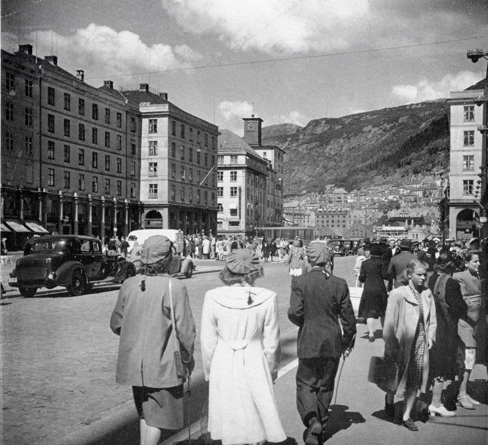 Torvalmenning en flott vårdag i nærheten av 17. Mai ? 1947.              Lagt ut på fotomuseum.bergen360.no av Kjell Johan Gottlieb Hilt  (Foto: )