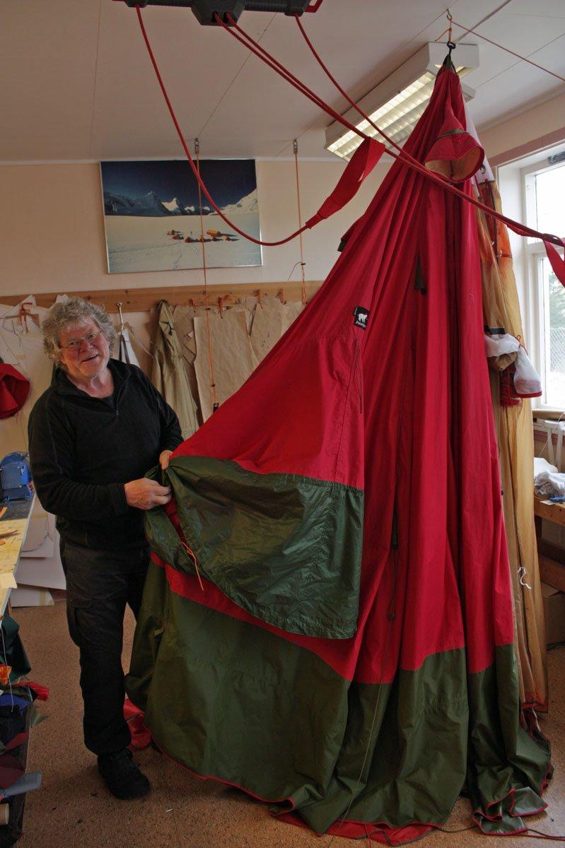 Asle T. Johansen planlegger en sydpolekspedisjon hundre år etter Roald Amundsen. Dersom turen blir noe av, skal han ha med seg telt fra Bjørn Økerns enkeltpersonsforetak Polarbjørn på Prestøy. - Teltet er en kopi av det Amundsen hadde med seg til Sydpolen i 1911, men i mindre målestokk, sier Bjørn Økern. - Teltet er allerede levert, testet og godkjent. Det er en kopi av teltet Amundsen hadde med seg til Sydpolen, men i mindre målestokk. Det skal ha plass til tre mann, mens Amundsens hadde plass til åtte, forteller Bjørn Økern til Helgelands Blad.                 Asle T. Johansen er lege, og i tillegg kjent som en aktiv skøyteløper med blant annet EM-medaljer på merittlista. Han planlegger en ekspedisjon sammen med to andre, og meningen er å gå jubileumstur til Sydpolen hundre år etter Amundsen. Amundsen kom fram til polen 14. desember 1911. (Foto: John H. Ulvøy)