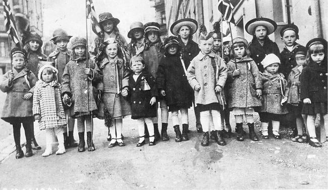 På dette bildet ser vi barn fotografert på 17. mai i 1924.              Lagt ut på fotomuseum.bergen360.no av Carl Ole Carlsen (Foto: )