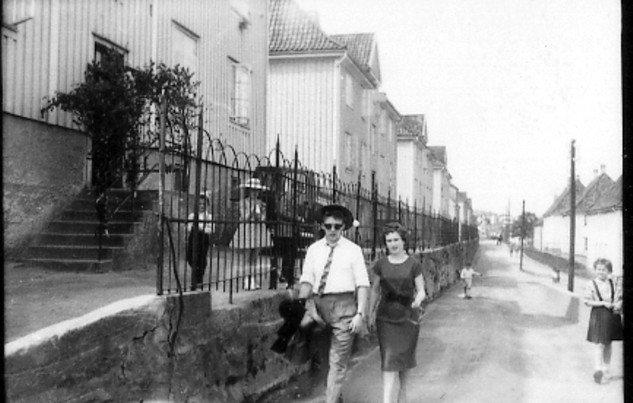 Bilde er tatt utenfor dengang Nedreveien 6 på Gyldenpris en 17 Mai.Dette var dengang hovedveien når man kom fra Laksevågsiden og skulle i ?Blokkene? og Solheimslien?                          Lagt ut på fotomuseum.bergen360.no av Einar Mjelva                                                      (Foto: )