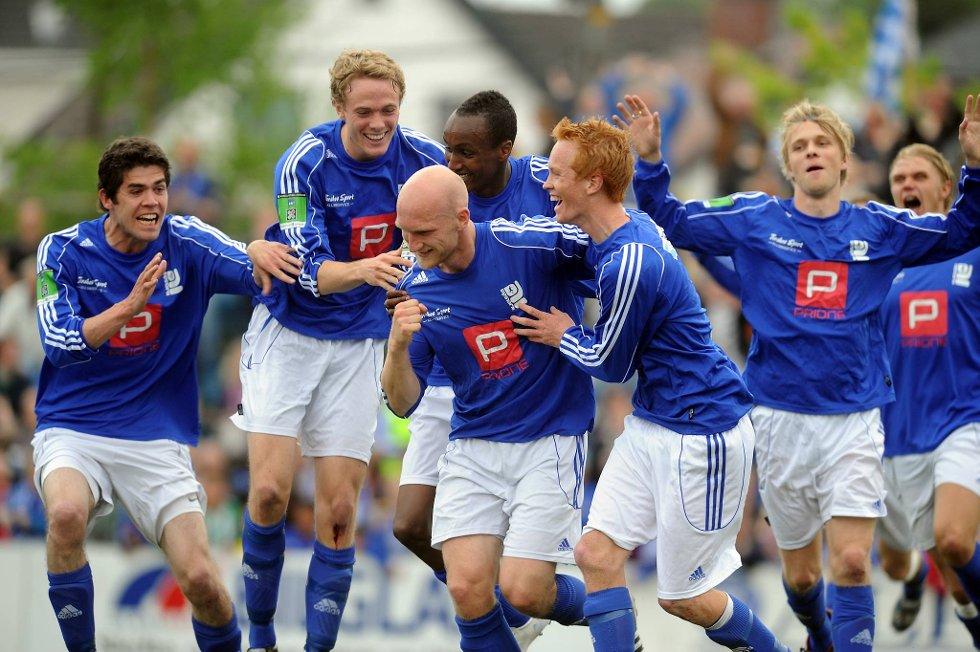 Martin Sandell blir omfavnet av hele Kjelsås-gjengen etter sitt mål mot Vålerenga.