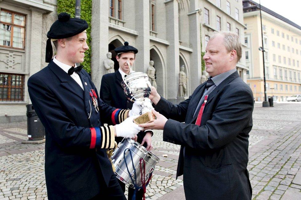Sjef Chase Alexander Jordal (18) får pokalen av BAs Olav sundvor. Bak Kay Bertin Thowsen (15).  (Foto: Skjalg Ekeland)