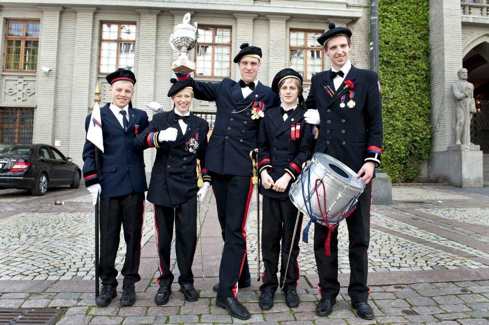 Michael Meisfjord (12), Tommy Lie (17), Chase Alexander Jordal (18), Nikolas «Nixon» Thunestvedt (14) og Kay Bertin Thowsen (15) med det synlige beviset på at de er kåret til byens beste buekorps på 17. mai.  (Foto: Skjalg Ekeland)