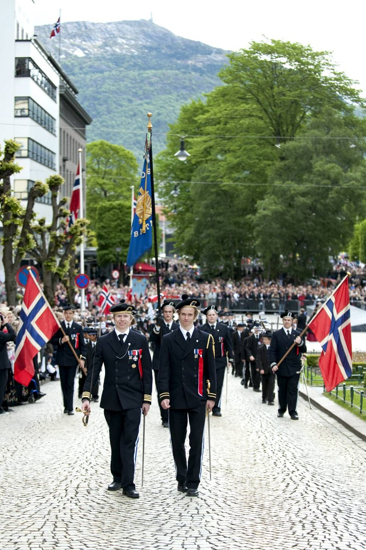 Sjef Sebastian Bergeton Sandtorv og adjutant André Jørgensen smiler seg gjennom byens gater.                            (Foto: Skjalg Ekeland)