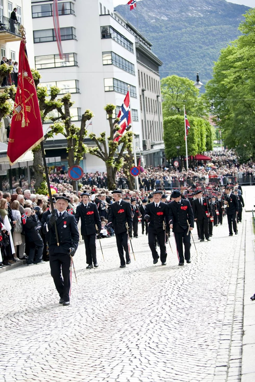 """""""Enighet gjør sterk"""" står det å lese på Dræggens røde fane.  (Foto: Skjalg Ekeland)"""